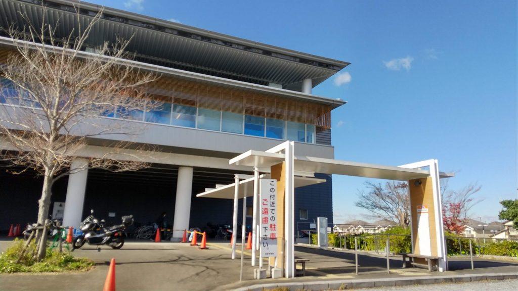 図書館前のバス停